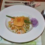 Gefüllte Ciabatta mit rohem Spargel, Garten Kräuter-Salat und Gambas