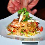Asiatischer Gemüsesalat mit Garnele und Erdnuss-Sauce